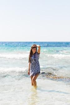 セクシーな夏の屋外スタイルのビーチ海休暇チュニックで日焼けした美しいスポーティな女の子の肖像画