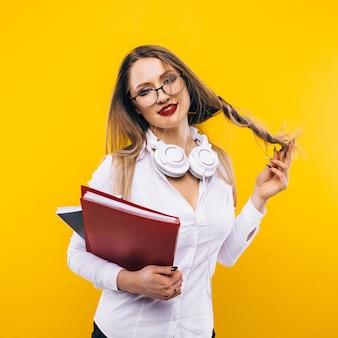 Сексуальная учительница на желтой стене