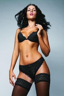 섹시한 여자. 검은 색 란제리와 검은 색 스타킹