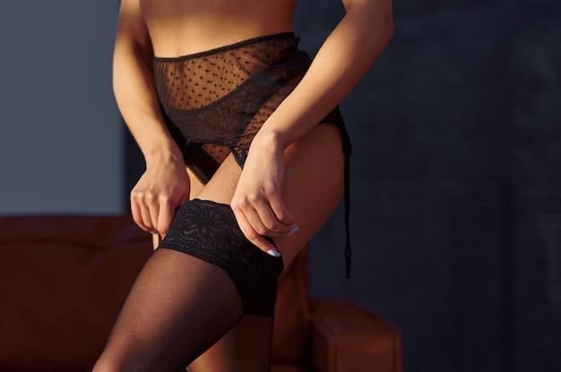 검은 란제리에 섹시한 여자 몸
