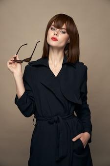 セクシーな女性明るい化粧赤い唇暗い眼鏡孤立した背景