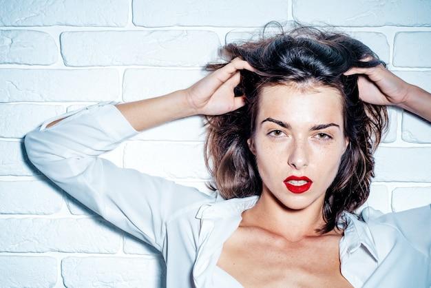 섹시한 여자. 세련 된 젊은 여자의 총을 닫습니다. 붉은 입술을 가진 아름 다운 여자의 초상화
