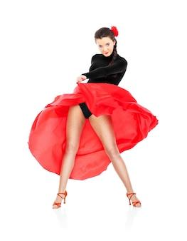 Сексуальная женщина танцует фламенко на белом фоне