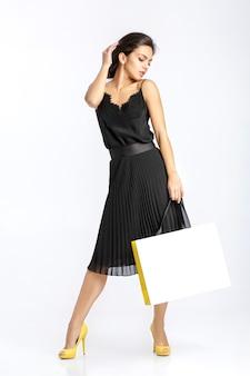 흰색 바탕에 쇼핑백과 검은 드레스에 섹시 한 여자.