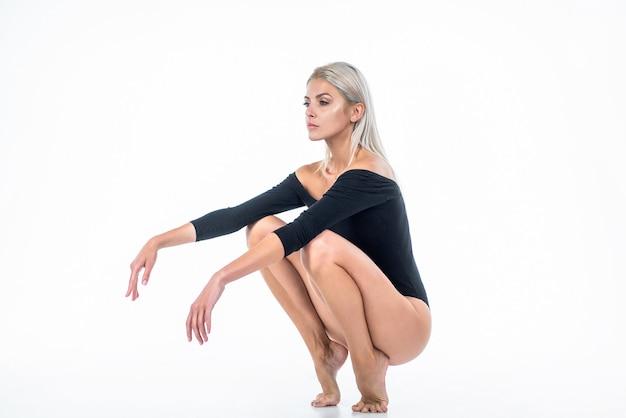 흰색, 탈모에 고립 된 긴 부드러운 다리 피부와 바디 수트에 섹시 한 여자.