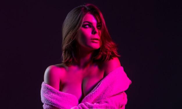 エロでセクシーな女性。官能的な女の子、おっぱい。大きな胸を持つ女性。エロトップレス。素晴らしいおっぱいとバスローブを着た女性。セクシーな女の子、巨乳、トップレス、バスローブ。官能的な女性の胸。