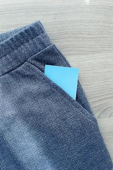 ジーンズのセクシーな女性。彼女の後ろのポケットからビジネスクレジットカードがあります。孤立。