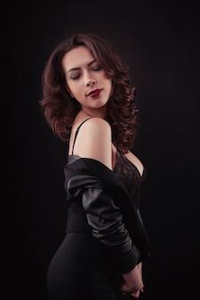 Сексуальная женщина в кружевном белье и куртке на плечах