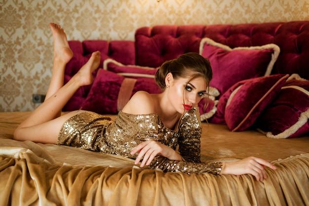 침대에서 란제리에 섹시 한 여자입니다. 침대에 속옷에 아름 다운 여자입니다. 아름다움 얼굴. 아름다움 엉덩이 포즈와 여성입니다. 란제리에서 포즈를 취하는 섹시한 모델.