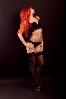 검은 배경, 빨간 머리에 란제리에 섹시 한 여자