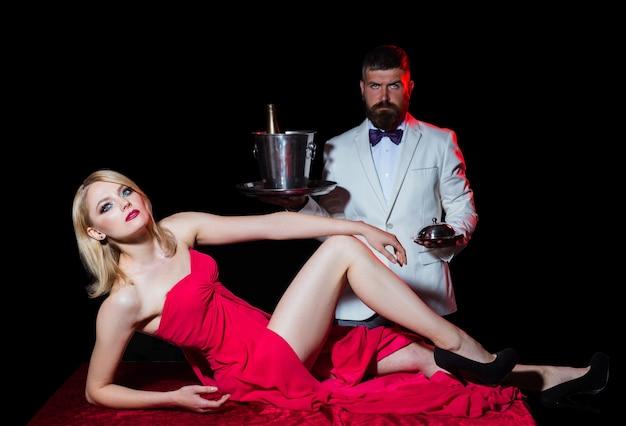 빨간 이브닝 드레스에 섹시 한 여자 세련 된 패션 보기 관능적인 우아한 매력적인 여자 테이블에 누워