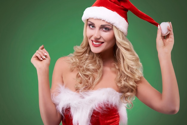 녹색 벽에 산타 의상 섹시 한 여자