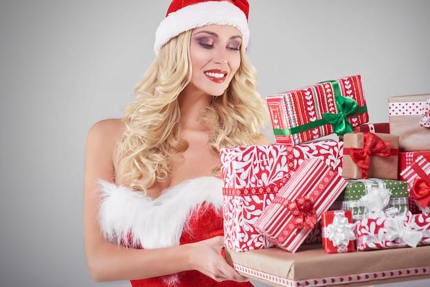 회색 벽에 산타 의상 섹시 한 여자