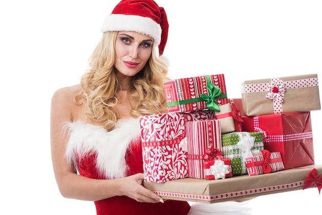 흰 벽에 포즈 산타 의상에서 섹시 한 여자