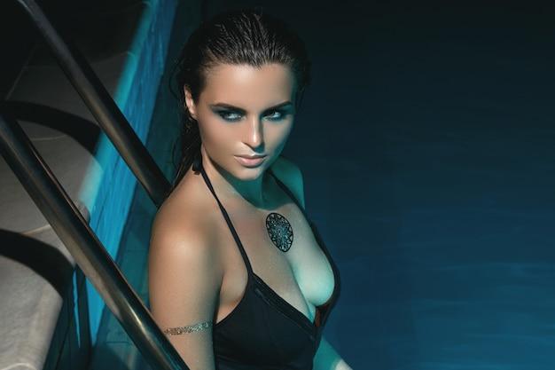 밤에 수영장에서 섹시 한 여자