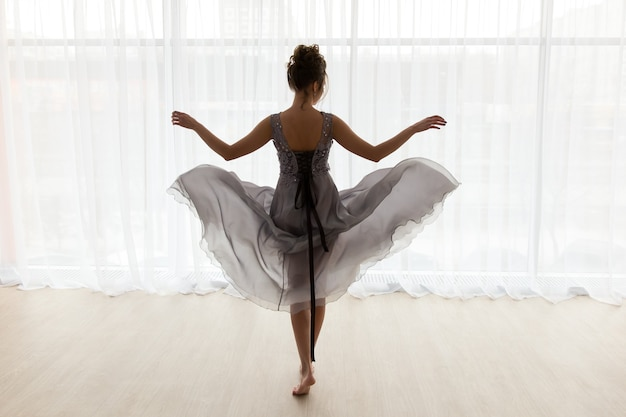Сексуальная женщина в прозрачном платье вид сзади