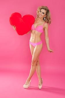 속옷과 큰 마음에 섹시한 여자. 해피 발렌타인 데이 컨셉
