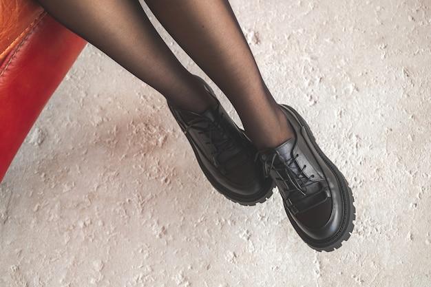 빨간 오래 된 자에 검은 팬티 스타킹에 섹시 한 여자 다리. 패션과 글래머 컨셉 사진