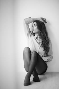 自宅で黒タイツのセクシーな女性モデル