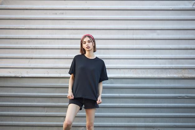 セクシーな女性または女の子が黒い空白のtシャツを着ています。