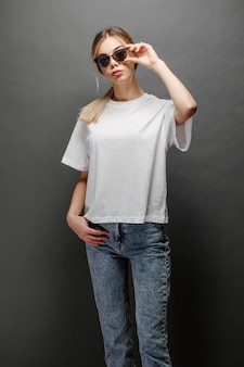 귀하의 로고를위한 공간이있는 흰색 빈 티셔츠를 입고 섹시한 여자 또는 소녀, 캐주얼 도시 스타일로 조롱 또는 디자인