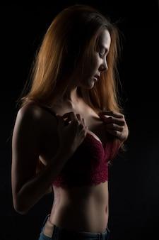 섹시 한 여자 초상화 청바지와 속옷입니다.