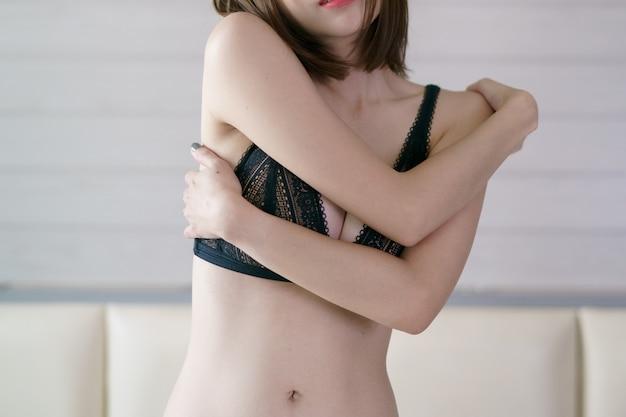 섹시한 여자, 침대에 포즈.