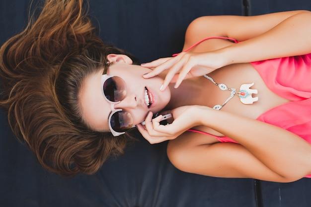 サングラス、夏のファッションスタイルを身に着けている上から電話ビューで話しているセクシーな女性