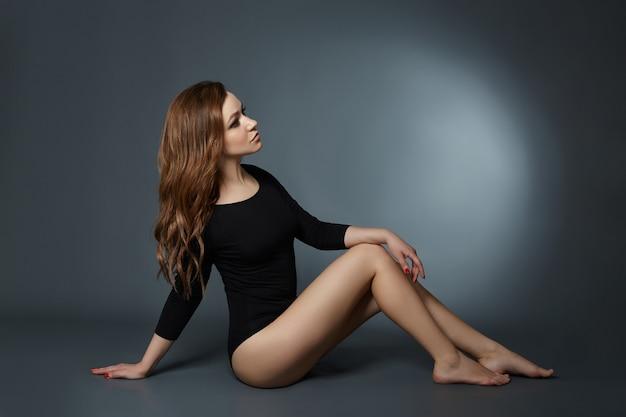 긴 다리와 머리 포즈와 섹시 한 여자