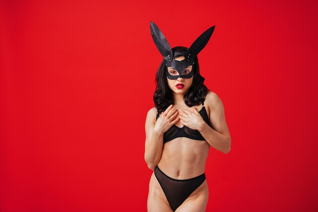 Сексуальная женщина с чувственным телом делает эротические позы красивая девушка в нижнем белье