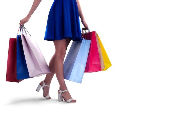 Сексуальная женщина с хозяйственными сумками в руке. изолированные на белой поверхности