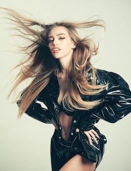 Сексуальная женщина со стильными длинными волосами в черном кожаном пальто. модная косметика по уходу за кожей. модная девушка с косметикой на чувственном лице. салон красоты и парикмахер. макияж подойдет женщинам с мягкой кожей.
