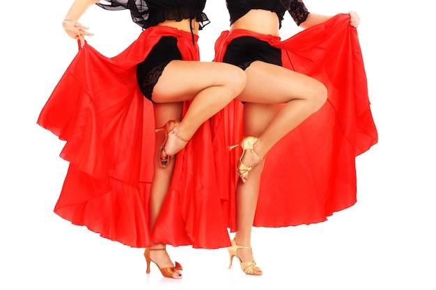 Сексуальные женщины танцуют фламенко на белом фоне