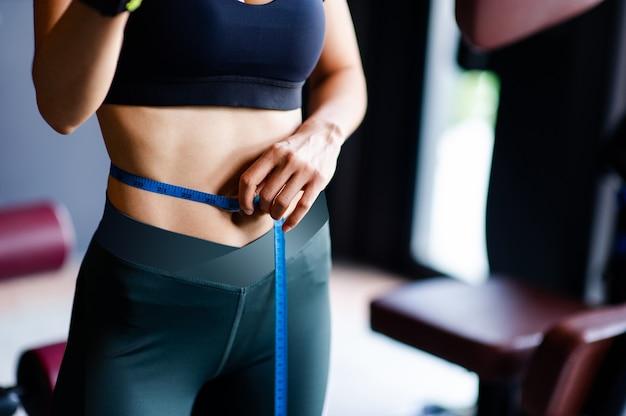 섹시한 여성 운동, 복부 및 복부 근육, 아름다운 여성, 좋은 모양의 복부 근육, 건강을위한 운동의 개념 및 일상 생활 사진 비즈니스를위한 사진