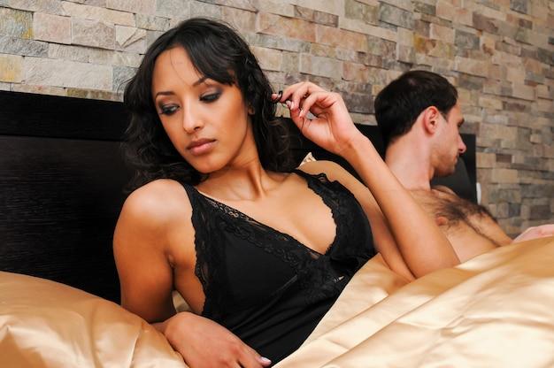 침대에 섹시 한 젊은 부부