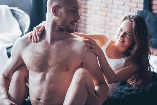 Сексуальная молодая пара. чувственные отношения, мужчина и женщина обнажены.