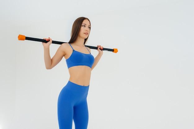 섹시 한 젊은 여자는 스포츠 연습을 수행합니다. 피트니스, 건강한 라이프 스타일.