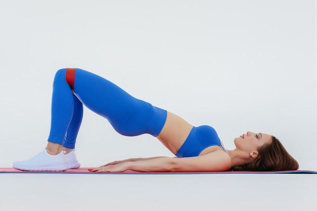 섹시 한 젊은 여자는 공백에 스포츠 연습을 수행합니다. 피트니스, 건강한 라이프 스타일.