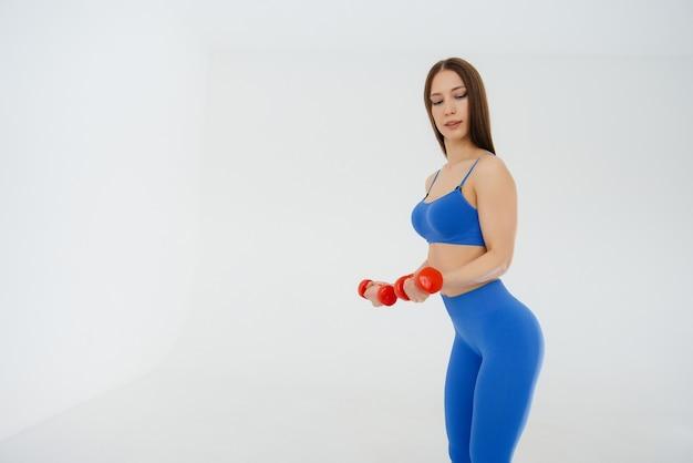 섹시 한 젊은 여자 스포츠 운동을 수행
