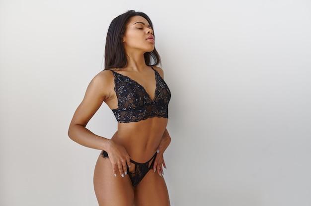 럭셔리 란제리에 섹시 한 젊은 아가씨