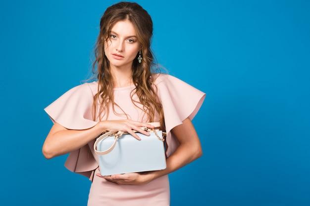 핑크 명품 드레스, 여름 패션 트렌드, 세련된 스타일, 유행 핸드백을 들고 섹시한 젊은 세련된 섹시한 여자