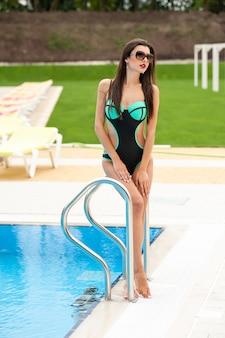 수영장 근처 섹시 한 젊은 여자
