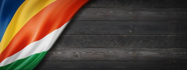 검은 나무 벽에 세이셸 플래그입니다. 파노라마.