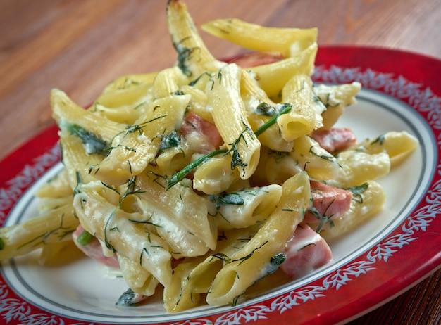 Sformo di 파스타 - 소시지와 양파를 곁들인 구운 펜네 파스타