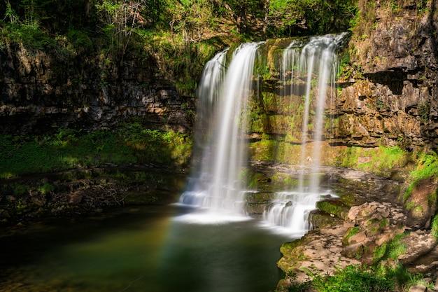Водопад sgwd yr eira, pontneddfechan, нит, уэльс, великобритания