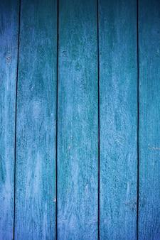 ぼろぼろで非常に古い緑青の木製の柵。