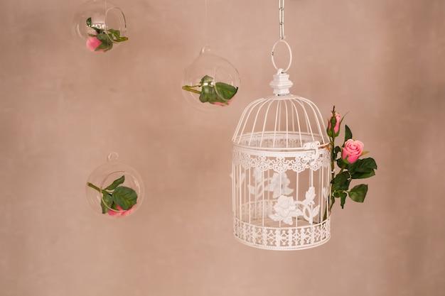 Потертый шик, украшенный красивой винтажной птичьей клеткой и цветами