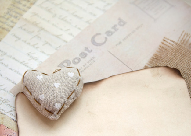Потертое шикарное сердце на старинных бумагах
