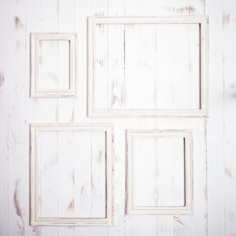 木製の壁にぼろぼろのシックな白いフレーム