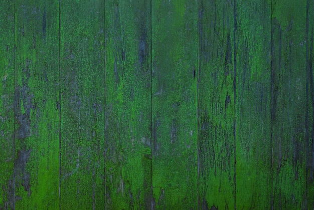 ぼろぼろの濃い緑色の塗られた木製の壁のテクスチャ背景